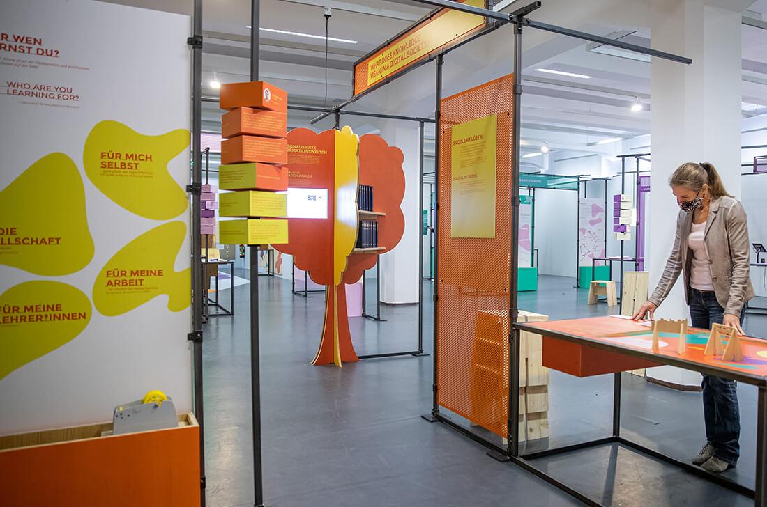 Mit Maske, Abstand und weniger Exponaten: #neuland-Ausstellung. Bild: Museum für Kommunikation Nürnberg